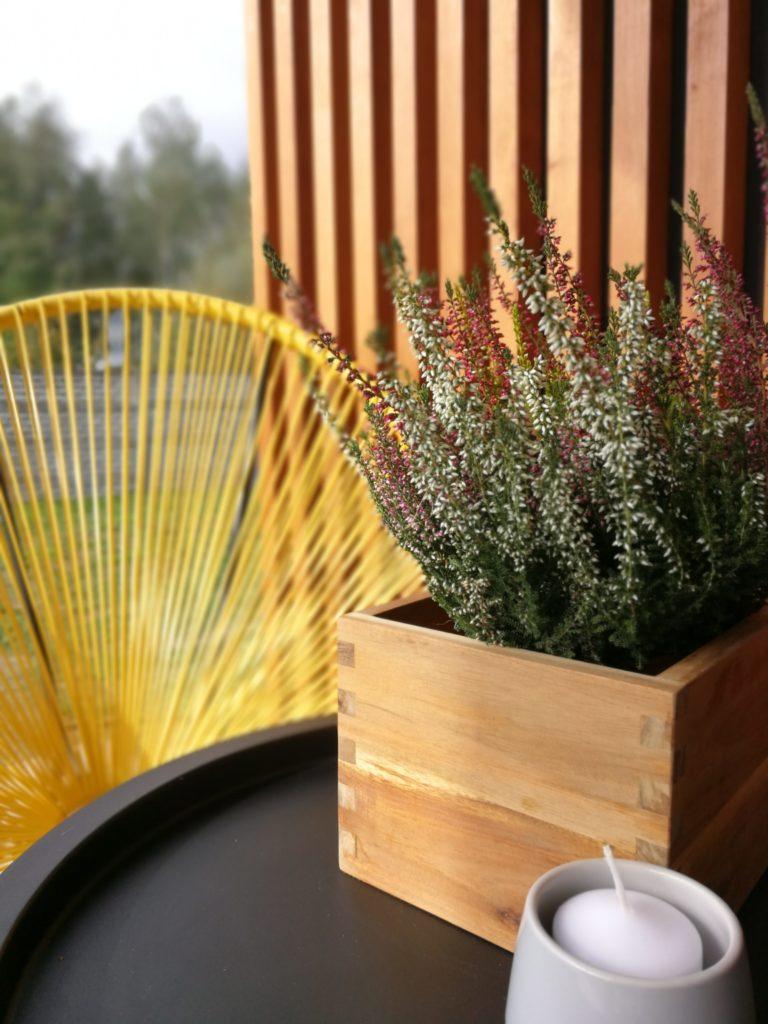 ściana z drewnianych listewek/kantówek
